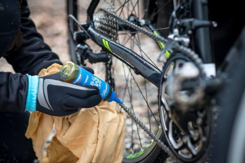 Smörj cykelkedjan med olja eller vax efter att cykeln tvättats.