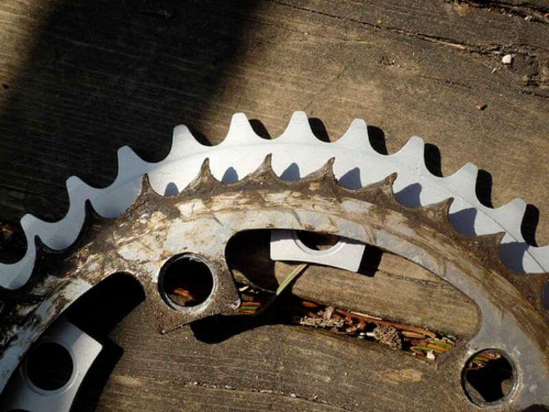 Les dents d'un plateau en bon état sont plats et symétriques. Les dents d'un plateau usé ressemblent à des dents de requin.