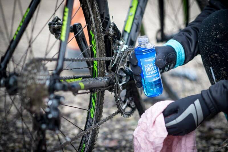 Använd endast avfettningsmedel för cykelkedjor, andra avfettare kan göra skada för kedjan och ramen.
