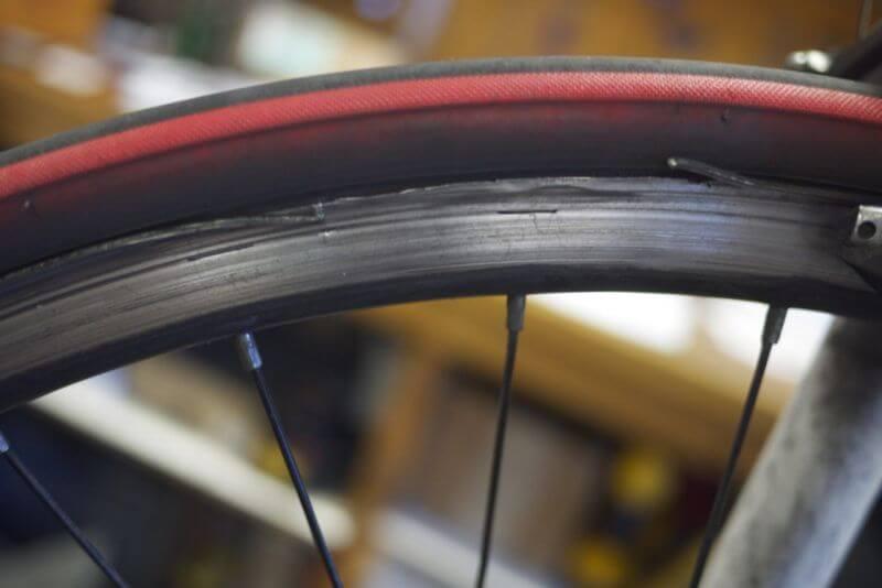 Fälgar på fälgbromsade hjul slits. Kontrollera därför inte bara bromsbeläggen utan även själva bromsytan.