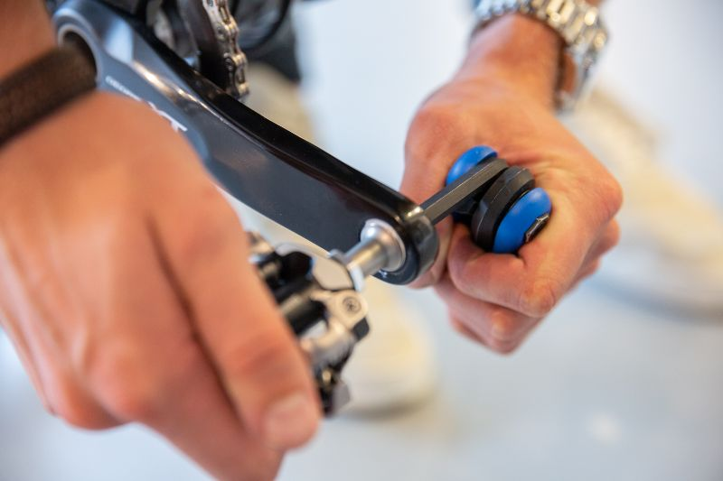 Een slag met de inbussleutel of pedaalsleutel is voldoende om je pedaal vast te zetten.