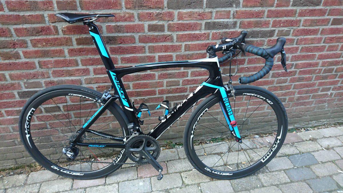 De Pirelli racefietsbanden op de fiets van Koen.