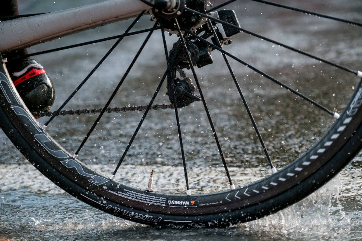 Juist met nat weer valt de kwaliteit en de grip van de Pirelli racefietsbanden op.