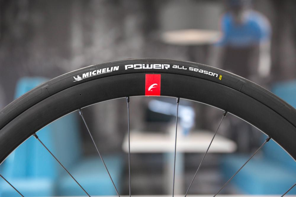 Le Michelin Power All Season permet une faible pression des pneus.