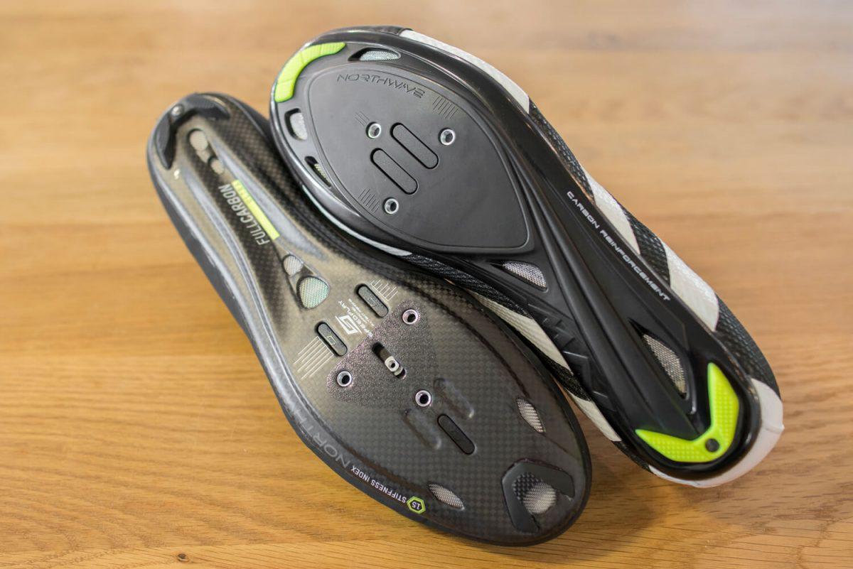 Een nylon en een carbon zool onder een racefiets schoen.