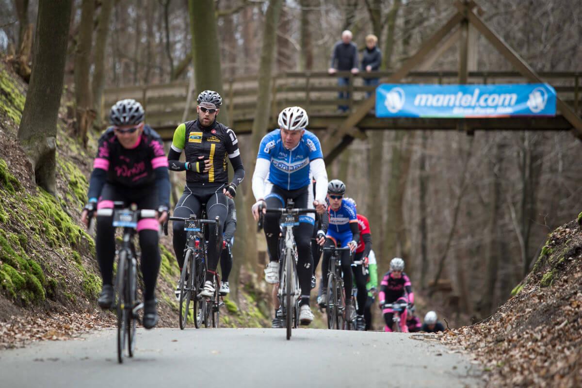 Tijdens de Ronde van Arnhem is het flink afzien in de heuvels van de Veluwe.