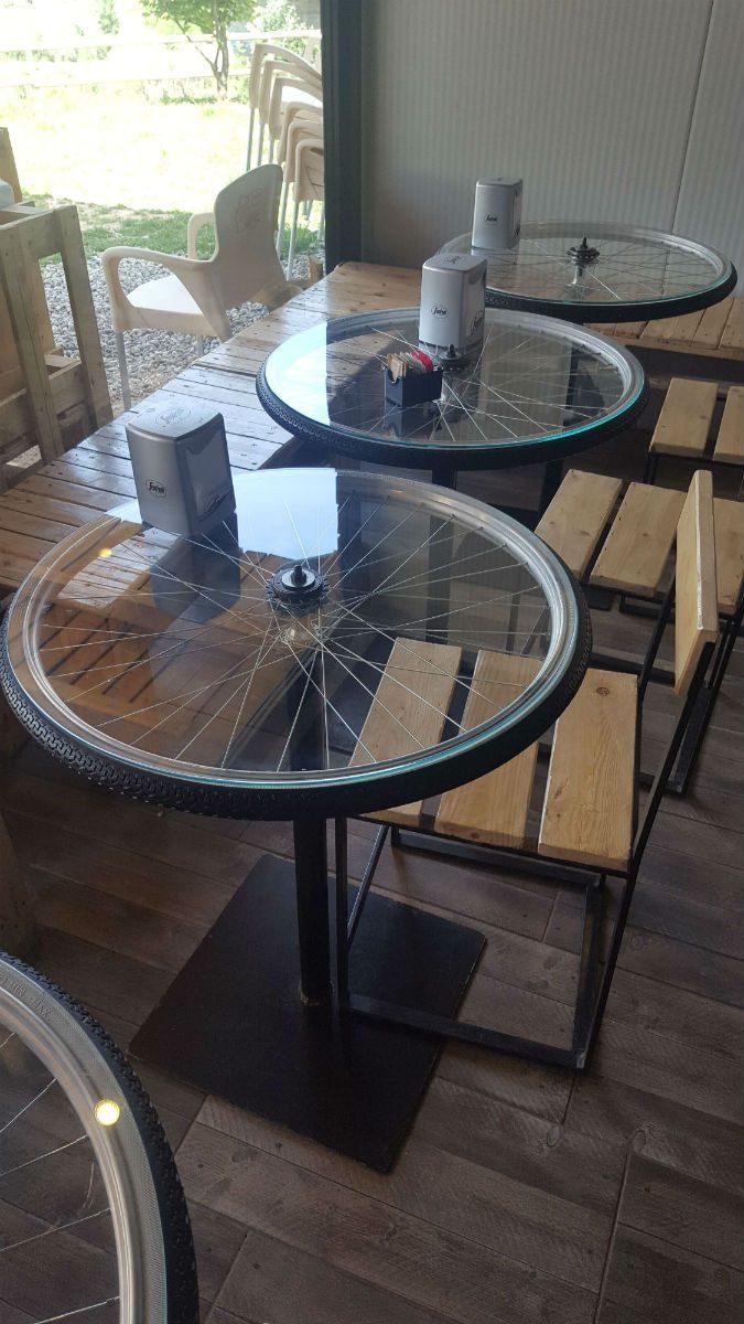 Zelfs de tafels in het wielercafe waren bijzonder