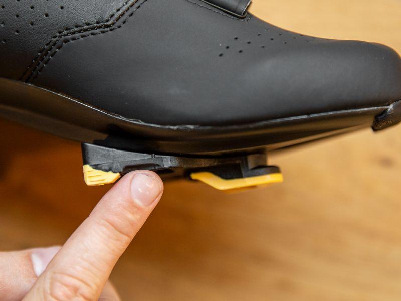 Skoklossarnas position kan hjälpa minska eller förhindra besvär i knäna och andra sorters smärta under cykling.