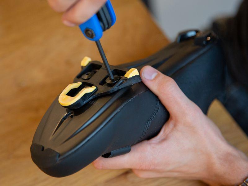 Dra åt skoklossarnas bultar ordentligt. Använd till kolfiber alltid en momentnyckel.