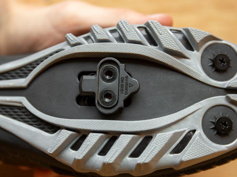 En skokloss till MTB monteras i regel med två bultar.