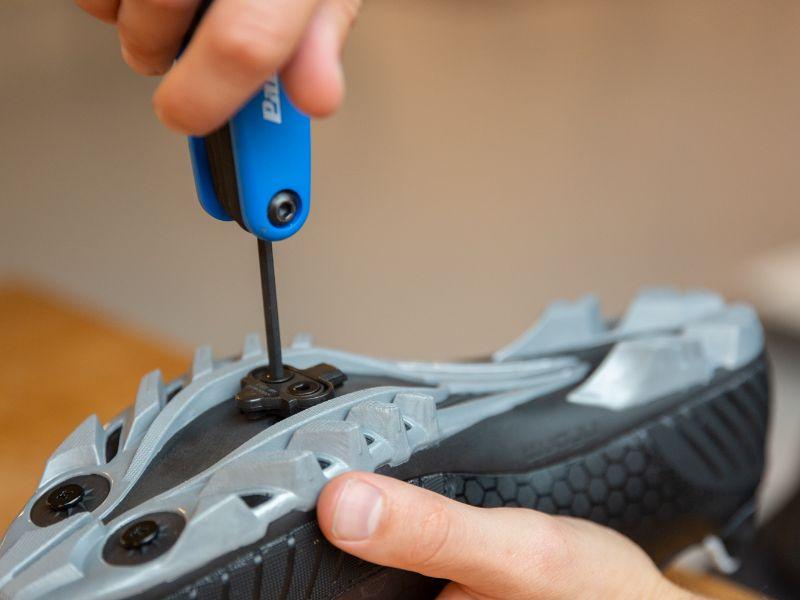 Innan du drar åt bultarna behöver skoklossen först befinna sig i rätt position.