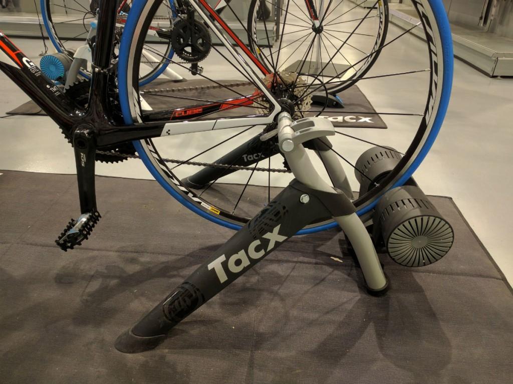 De Tacx Bushido Smart. Op te vouwen tot een klein pakket, maar toch echt een volwaardige fietstrainer.
