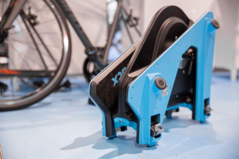 Opgevouwen past de Tacx Neo 2 fietstrainer vast wel in een loze hoek of achterin een kast.