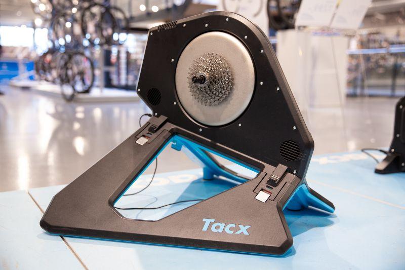 De Tacx Neo 2 staat als een huis. En omdat hij muisstil is hebben je buren of huisgenoten geen last van jouw trainingssessies.