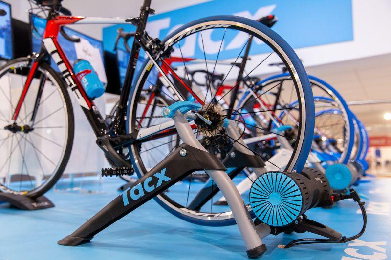 Rechtsonder op deze afbeelding zie je hoe dichtbij we de ANT+ dongle bij de fietstrainer hebben geplaatst.