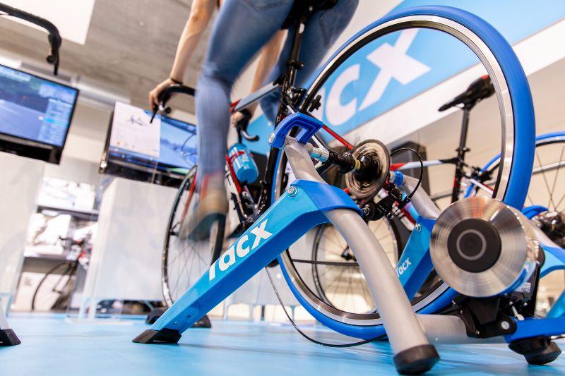 Met een basic fietstrainer zoals de Tacx Blue Motion Pro moet je voor je eigen entertainment zorgen tijdens het trainen.