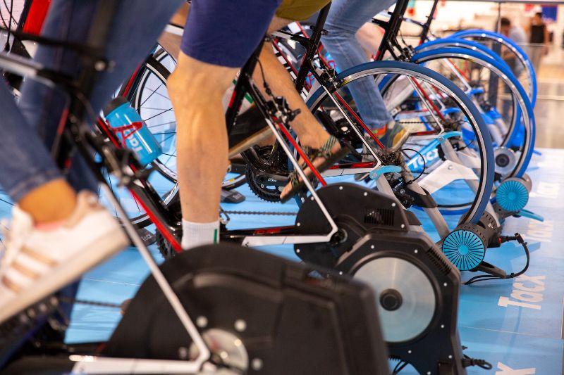 Der deutliche Unterschied ziwschen den Wheel-On und den Direct Drive Fahrradtrainern. Kein Hinterrad, oder ein Hinterrad mit Trainingsreifen.