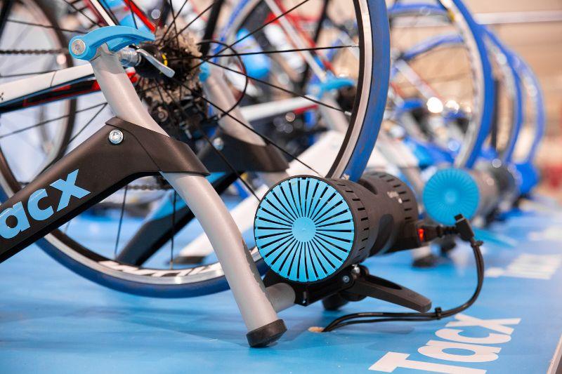 De Tacx Genius Smart is de enige fietstrainer met remrol die een afdaling kan simuleren.