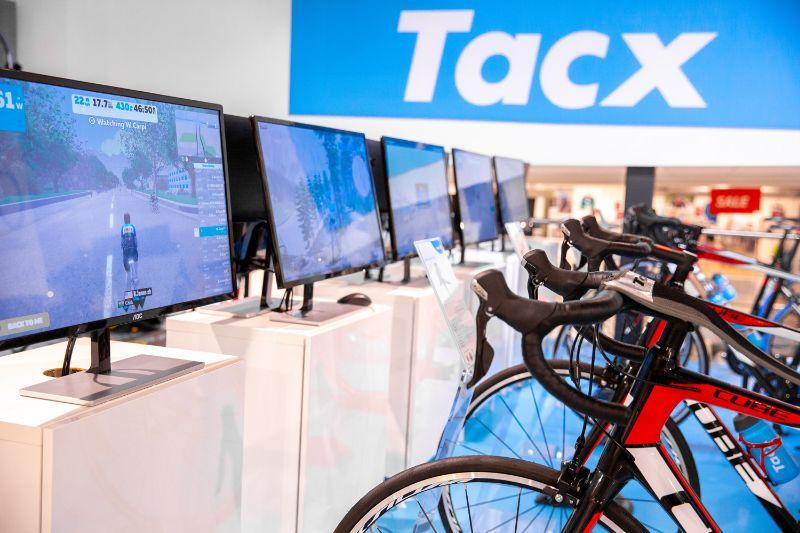 Koppel je jouw fietstrainer met Zwift? Dan wordt het fietsen op de fietstrainer lekker interactief. Plezier gegarandeerd.