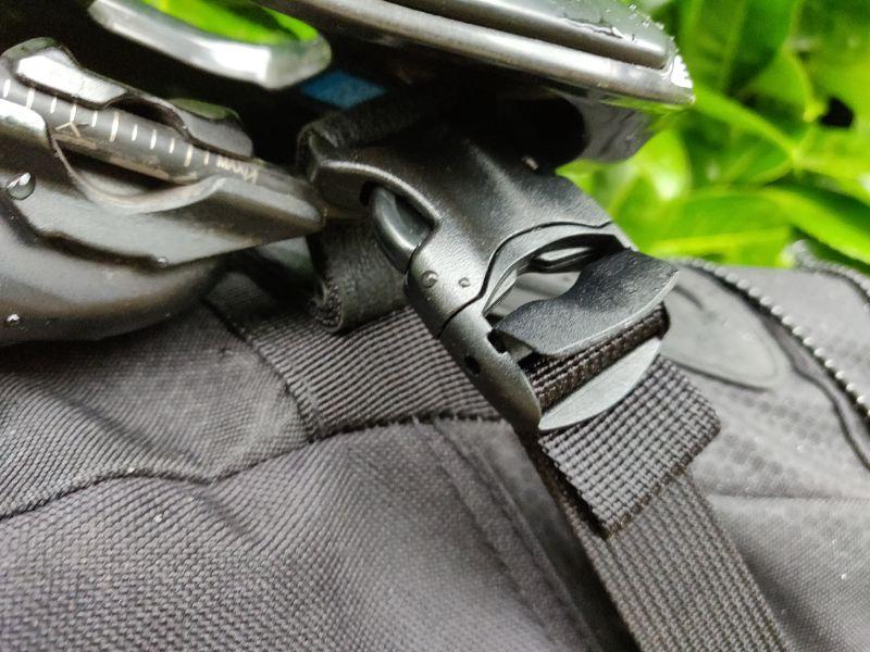 Het is vrij makkelijk om de BackLoader goed strak onder je zadel te monteren dankzij de straps.