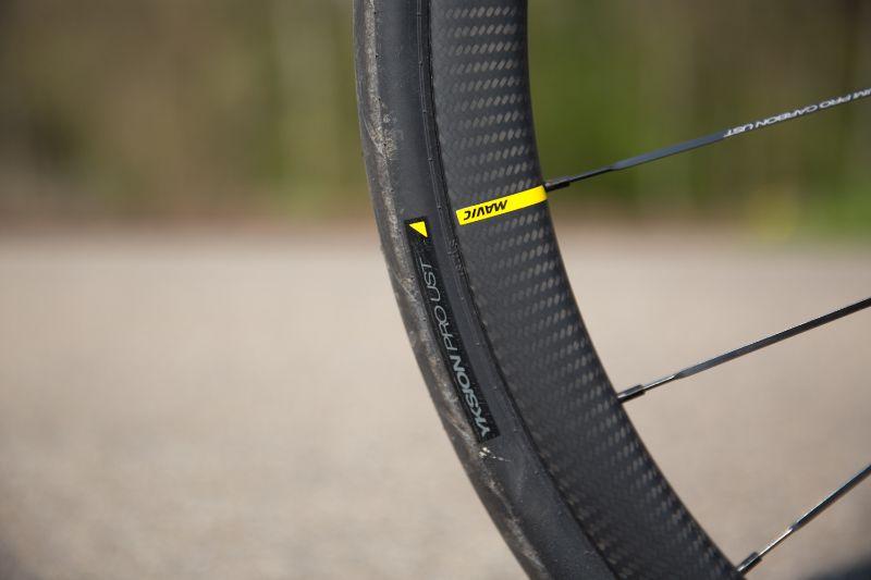 Racefiets wielen koopgids- Mavic heeft met haar eigen UST naar eigen zeggen de ideale combinatie van racefietswiel en racefiets band gemaakt. De twee sluiten perfect op elkaar aan.