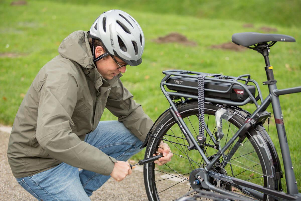 Auch das regelmäßige Aufpumpen der Reifen gehört zur E-Bike Wartung.