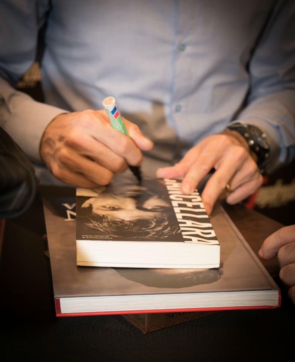 Fabian signeert zijn boek