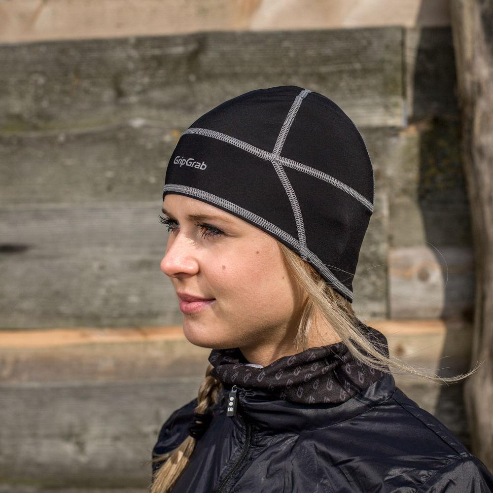 Een goede fietsmuts of helmmuts houdt je hoofd ook warm als het nat is.