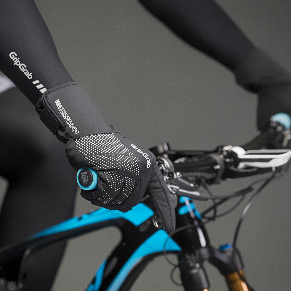 Goede fietshandschoenen houden niet alleen je handen warm en droog, maar geven je ook onder natte omstandigheden goede grip op je fietsstuur.