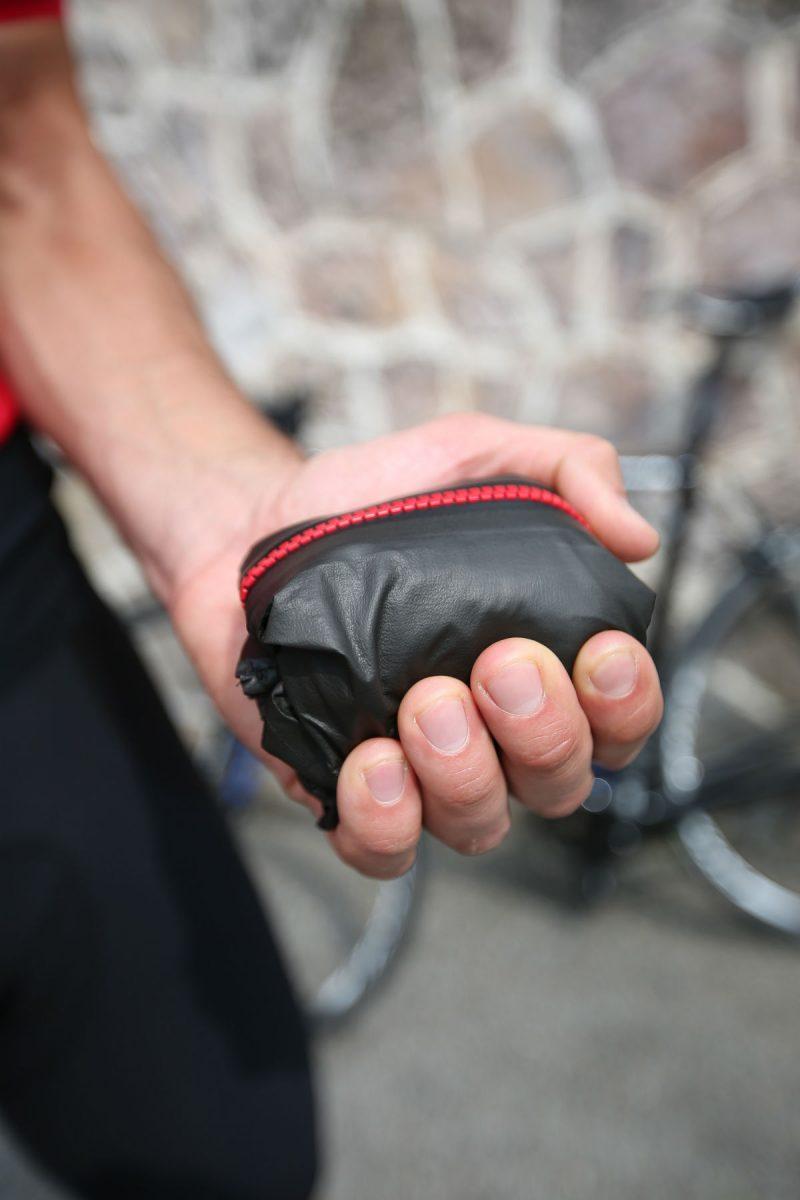 Een goed fietsjack voor wielrenners en mountainbikers kun je heel klein oprollen.
