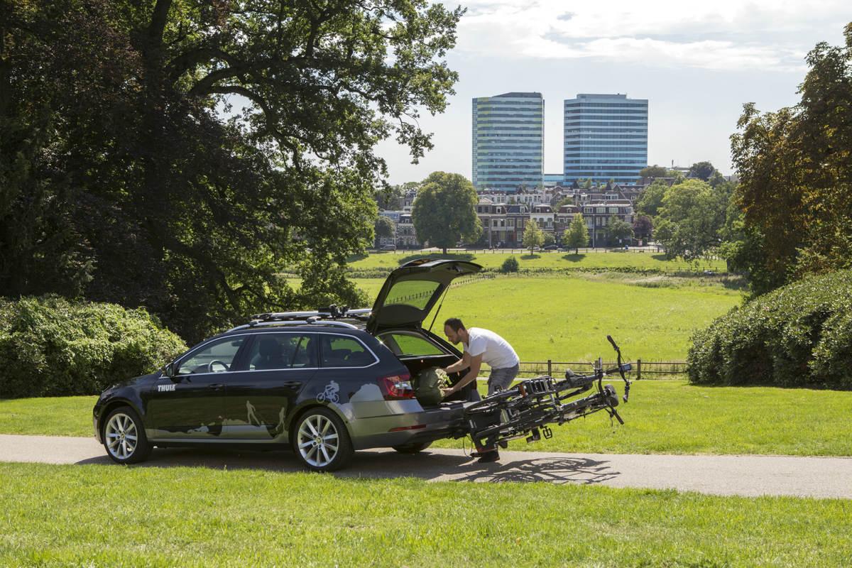 Een fietsendrager die je kunt kantelen is handig als je ook nog je achterklep wilt kunnen gebruiken.