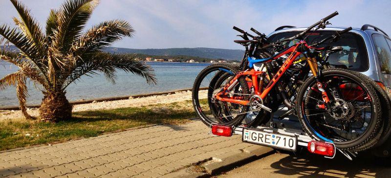 In elk Europees land gelden weer net andere regels voor het gebruik van een fietsendrager, maar een kentekenplaat is altijd en overal verplicht. Met een handgeschreven kentekenplaat kom je niet weg...