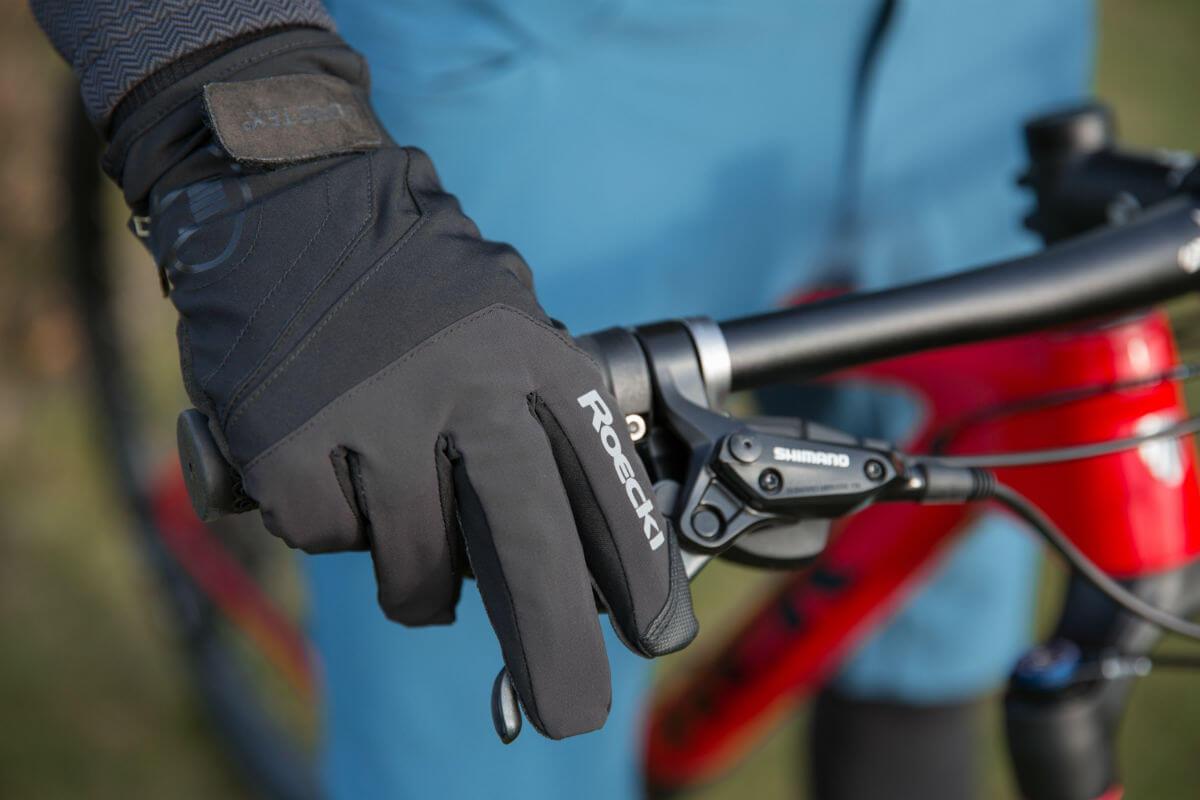 Let er bij fietshandschoenen wel op dat je je remmen en shifters nog goed kan bedienen.