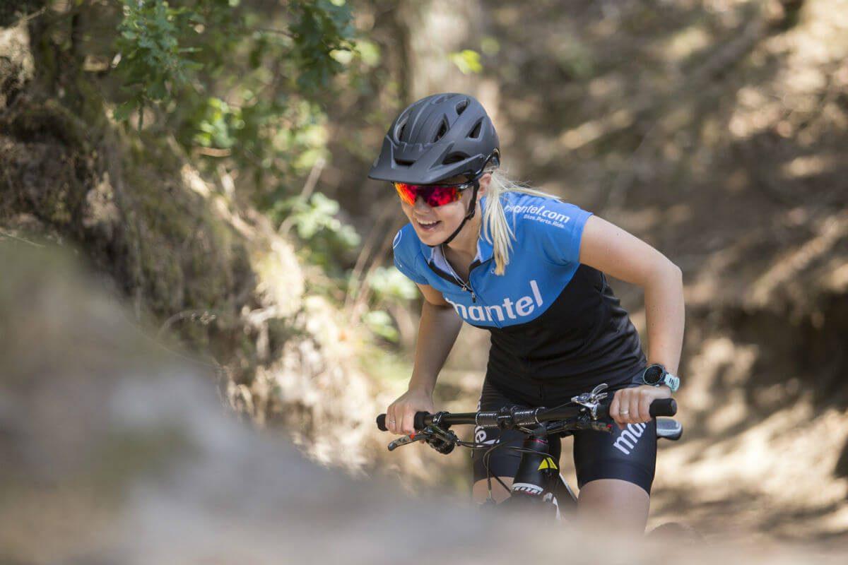 Een mountainbikehelm heeft voorop een klepje om troep uit je ogen te houden.