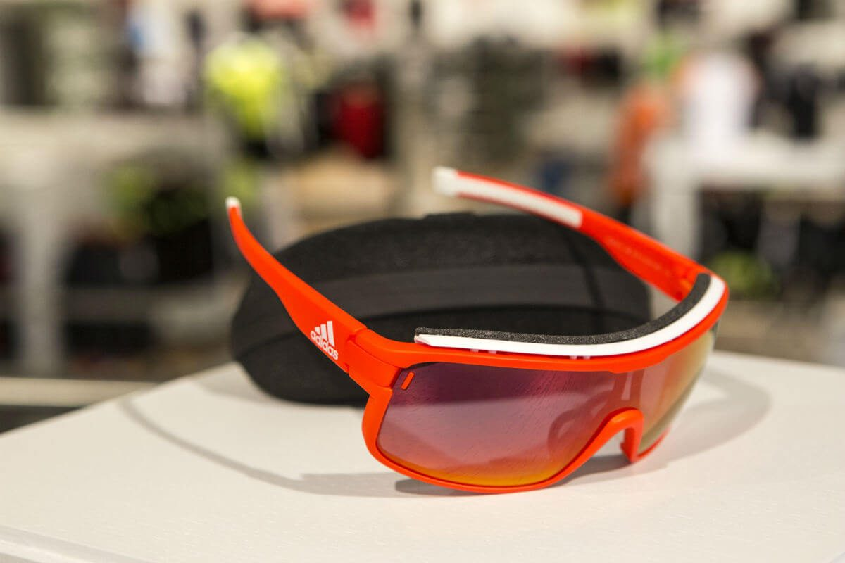 Een goede fietsbril beschermt je ogen tegen meer dan de zon alleen.