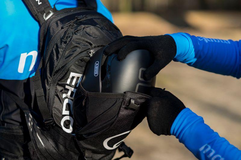 Bij sommige fietsrugzakken past met gemak een flinke fietshelm in een strak aangesloten compartiment. Wel zo handig.