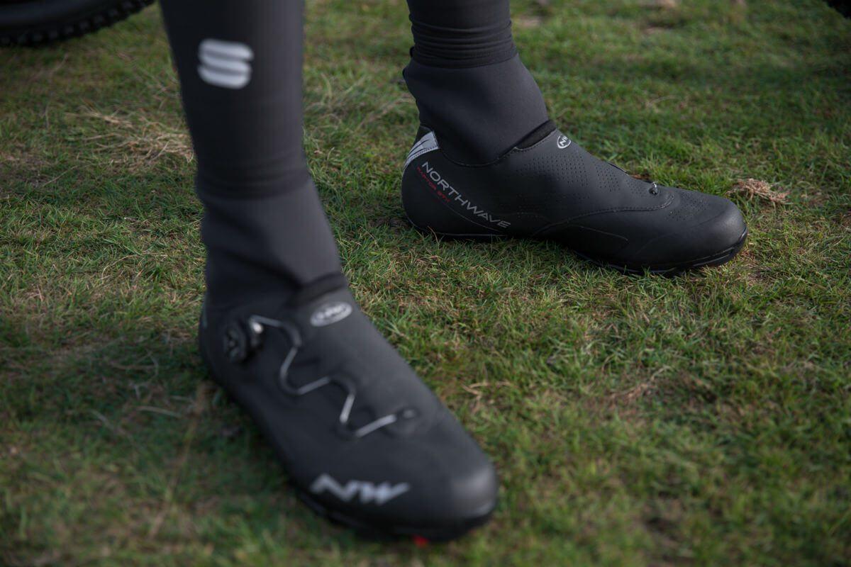 De Northwave Raptor GTX heeft een flexibele verhoging rond de enkels zodat je voeten nog warmer en droger blijven.