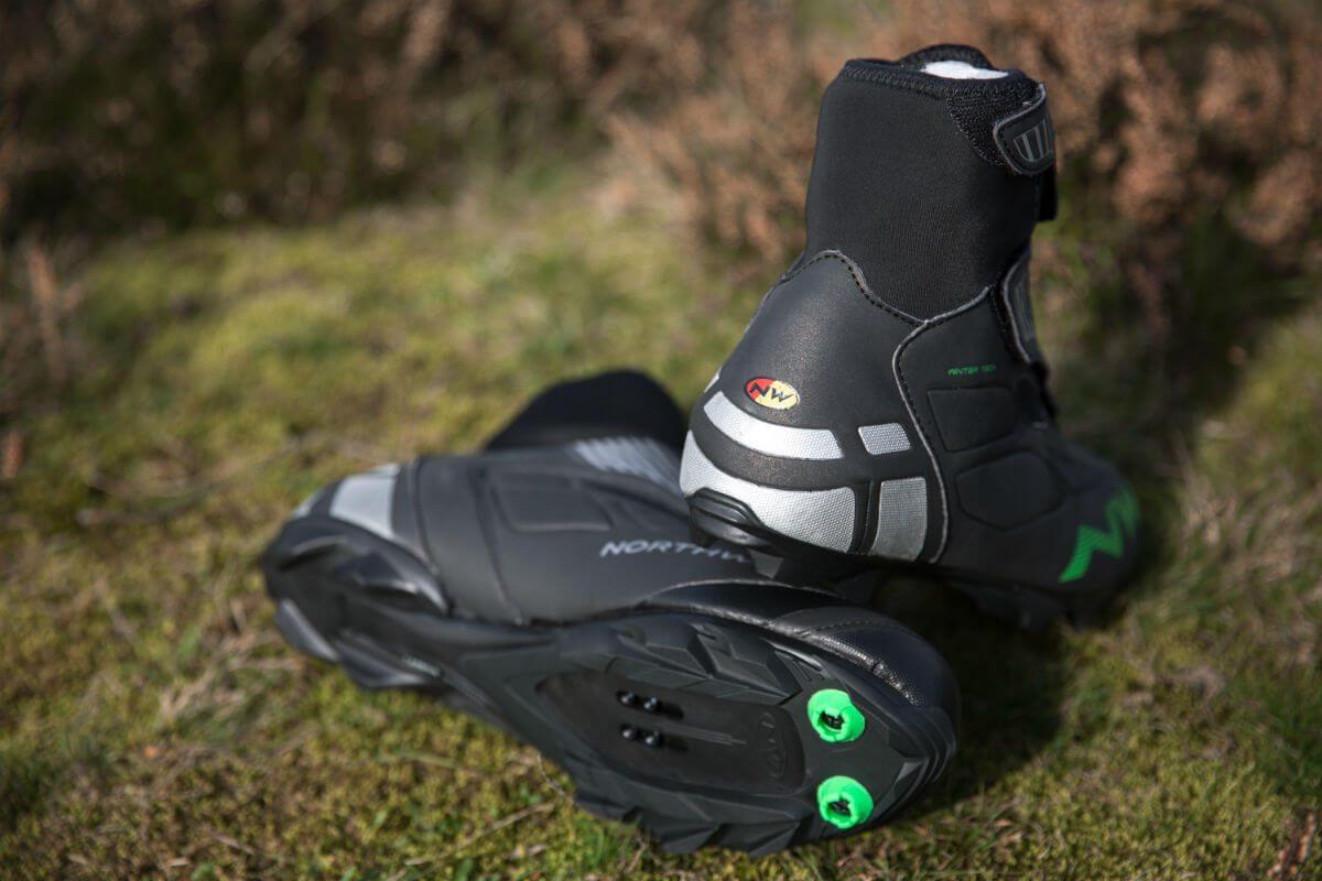 Naast goede winter fietsschoenen is er nog veel meer te krijgen om de winter comfortabel en warm door te fietsen.