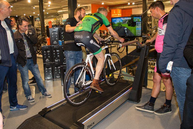 Wie het durft kan zelfs altijd in onze superstore in Utrecht terecht voor een ritje op de Tacx Magnum, de enige fietstrainer met rolband.