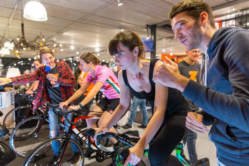 Een wedstrijdje op de fietstrainer vraagt opperste concentratie.