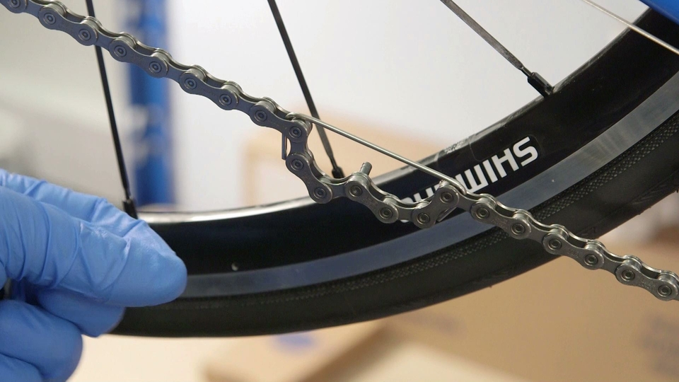 Replace a chain - The chain tool in action. Made from an old spoke and very convenient!