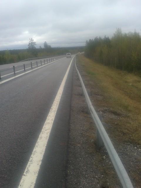 Rechts van de witte streep 'op de kant rijden'. Gelukkig had ik op de meeste stukken iets meer ruimte, maar op de snelweg bleef het heel goed opletten.