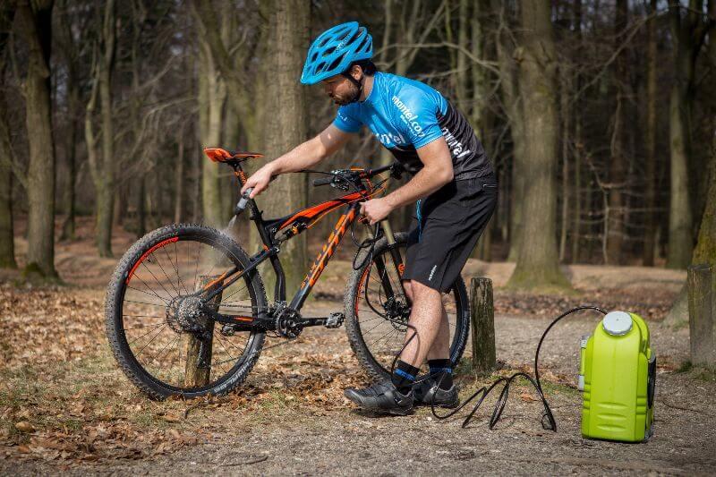 Rincez votre vélo après chaque sortie. De cette manière, vous évitez que les saletés s'accumulent et que le vélo soit plus difficile à nettoyer.