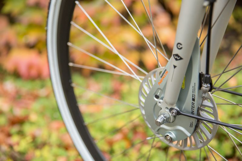 Het is veel fijner en makkelijker om bijvoorbeeld je remmen af te stellen als je fiets brandschoon is. Minder vieze handen en het werkt nog fijner ook.