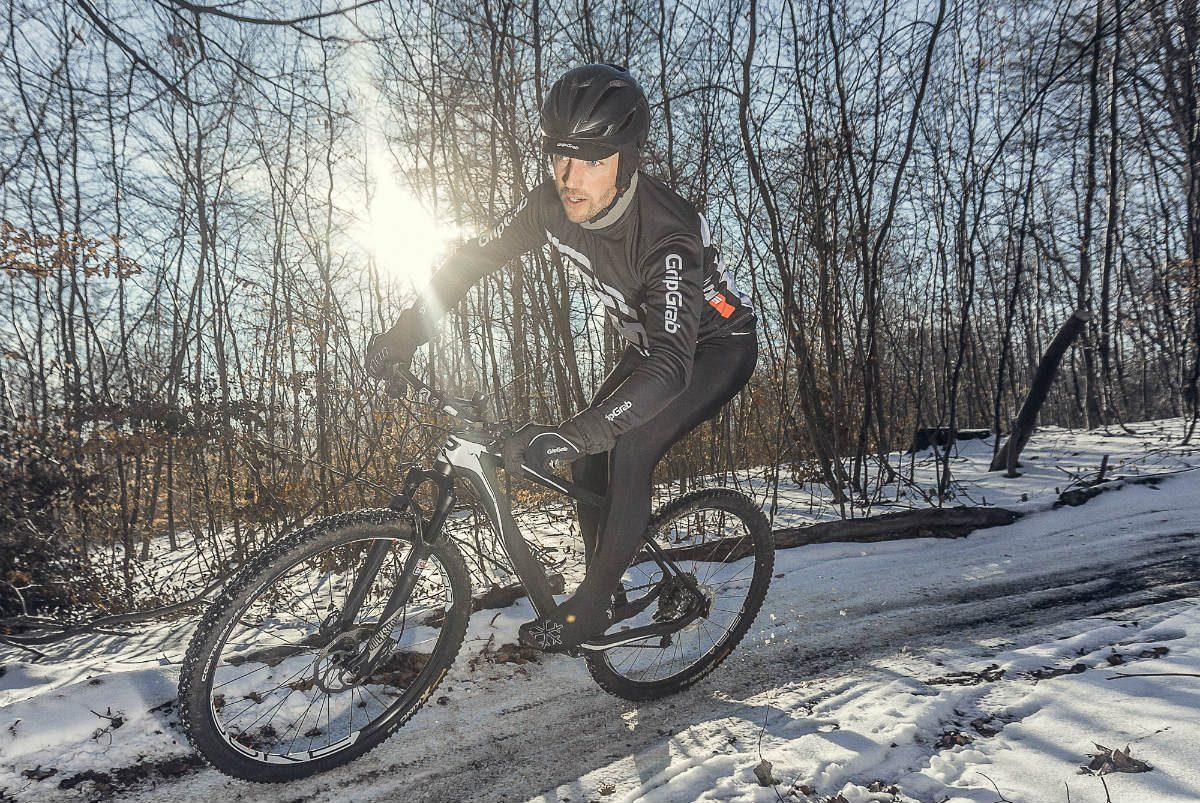 Met de juiste kleding, inclusief overschoenen, kun je zelfs midden in de winter probleemloos het bos in of de weg op.