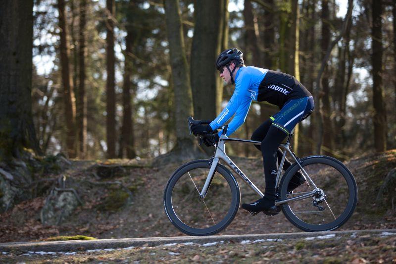 Bij een fiets die gemaakt is met aerodynamische eigenschappen zit je meer voorover.