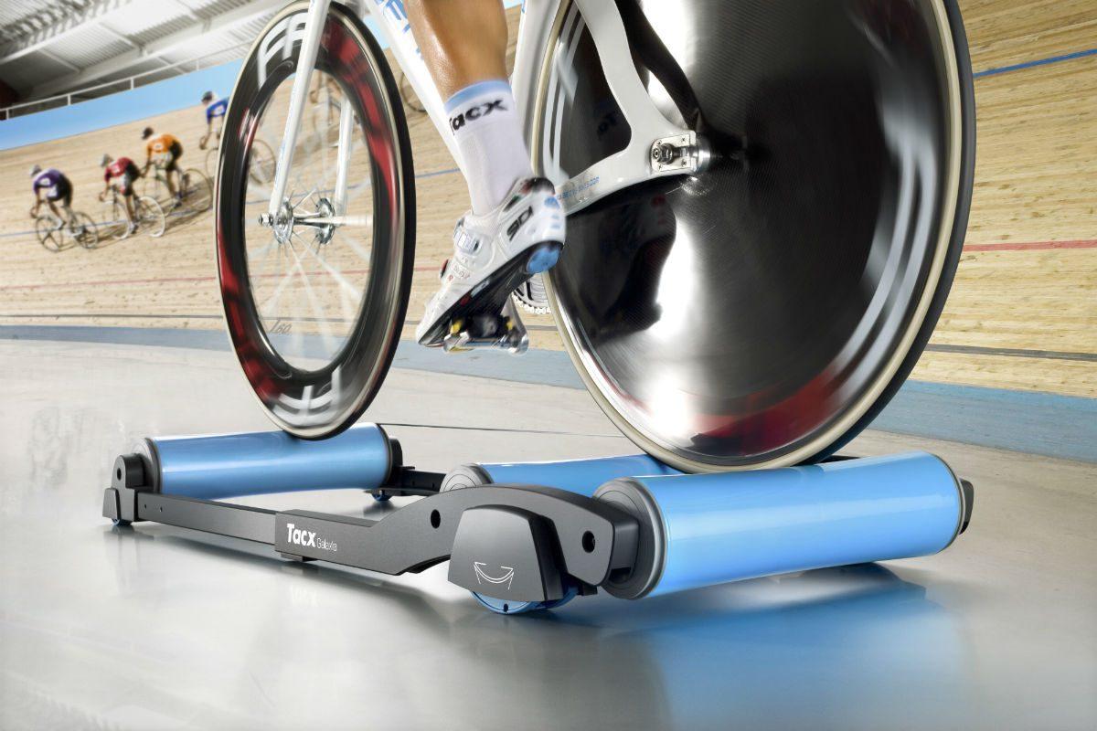 Een Tacx rollerbank is ideaal om te gebruiken voor een warming-up, maar ook als training voor je core.