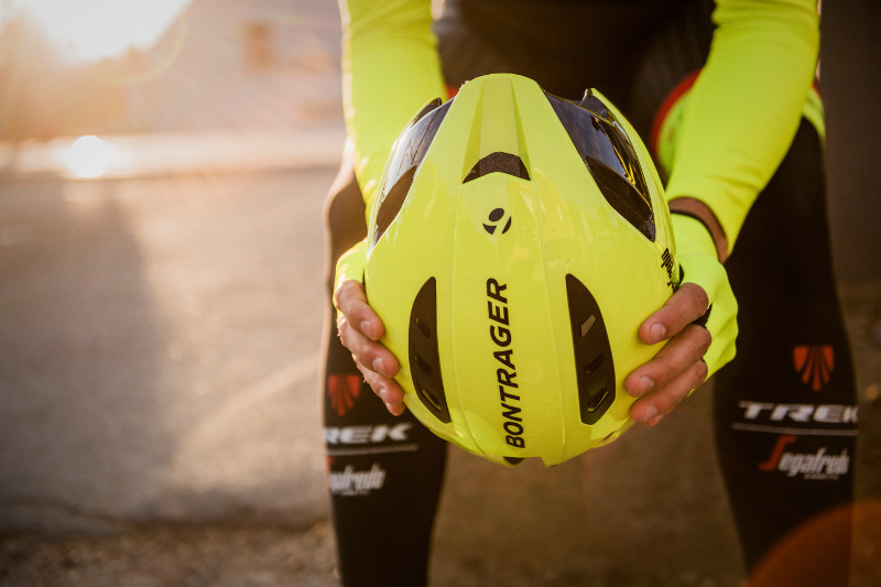 Die Helme von Bontrager sind für die Trainingseinheiten von Team Trek Segafredo speziell in einem neon-gelben Farbton lackiert worden um die Signifikanz von Sichtbarkeit und Sicherheit im Straßenverkehr zu betonen.