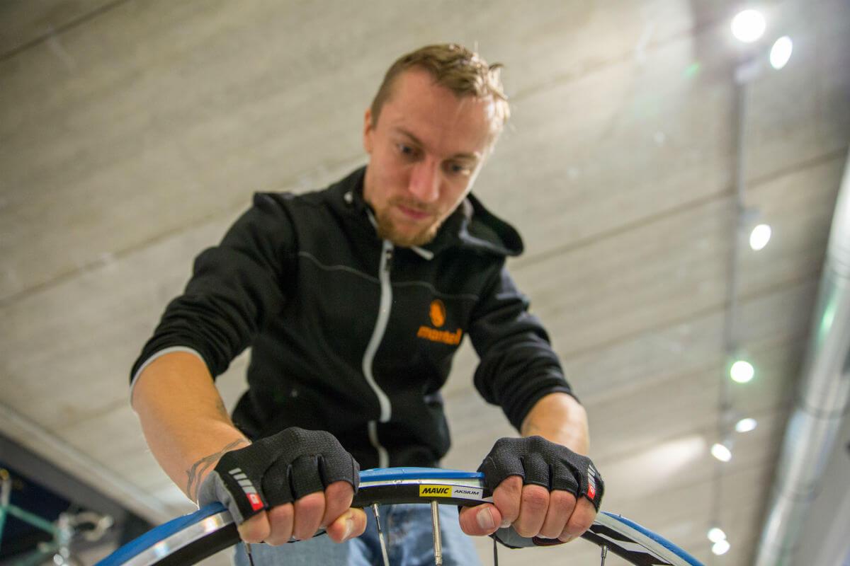 Met een paar fietshandschoenen krijg je perfect grip op de trainerband.