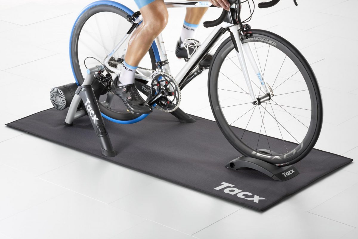 Un tapis home trainer n'est pas seulement utile pour réduire les nuisances sonores, il protège également le sol de la sueur.